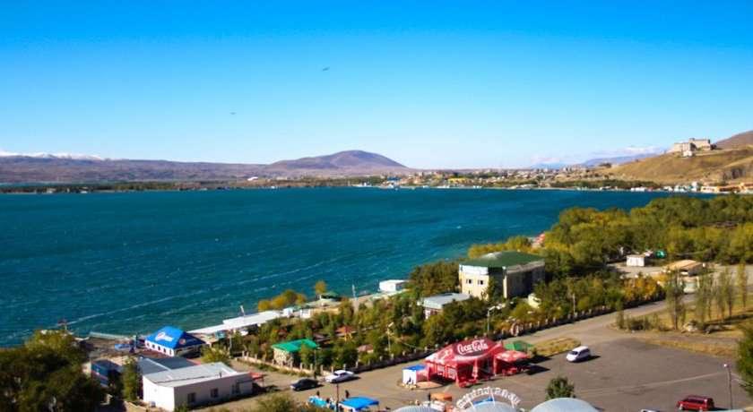 Все постройки на берегу Севана ниже 1905 м. незаконны и должны быть демонтированы: министр