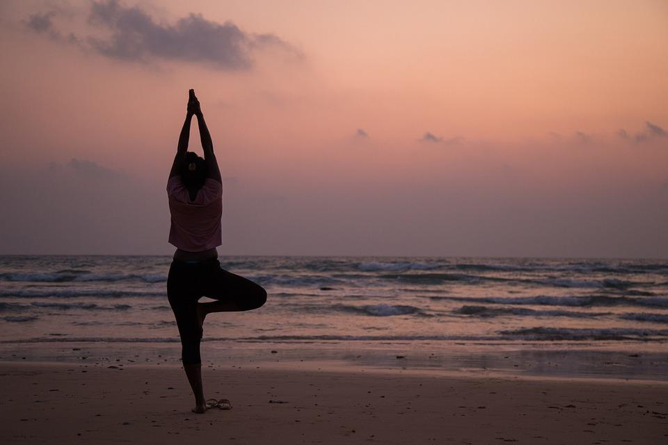 Йога на берегу моря