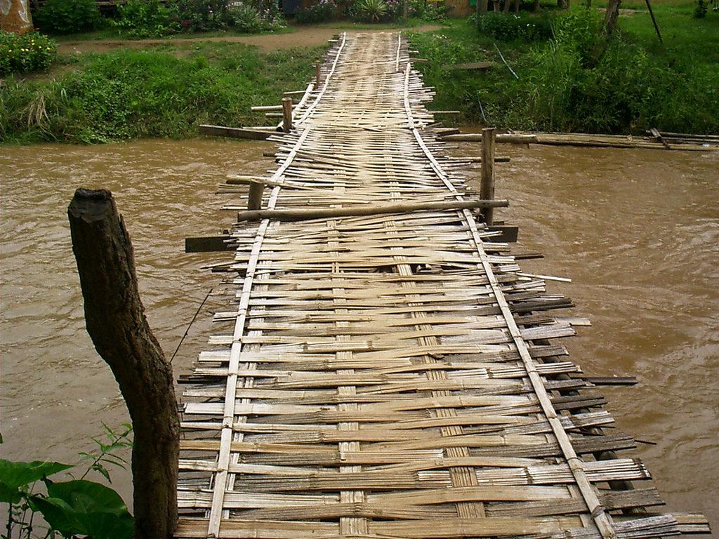 Бамбуковый мост через реку