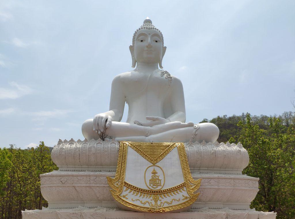 Большой Будда на окраине города