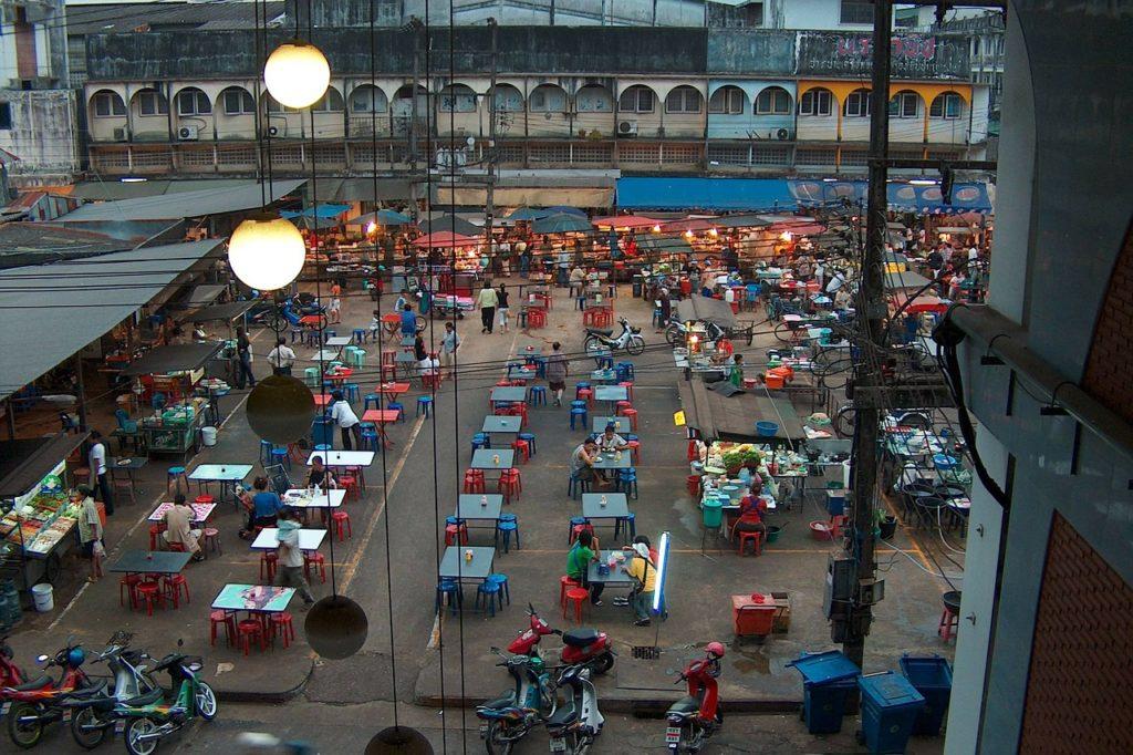 Вечерний рынок с едой