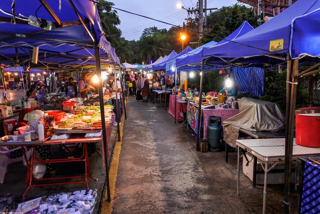 Типичный вечерний рынок в небольшом городе