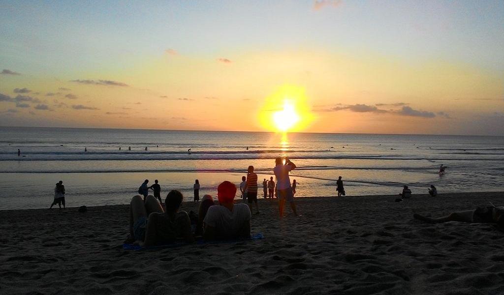 Люди любуются закатом на Бали